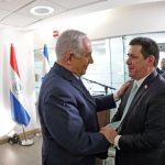 binyamin-netanyahu-primer-ministro-israeli-saluda-a-cartes-durante-la-inauguracion-de-la-mbajada-en-jerusalen-_817_573_1623103